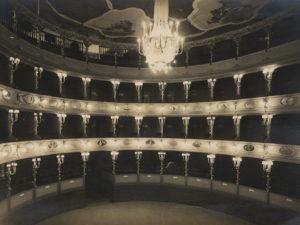 L'interno di uno dei teatri presenti in città