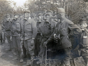 Soldati ungheresi con maschera antigas