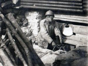 Soldato con maschera antigas